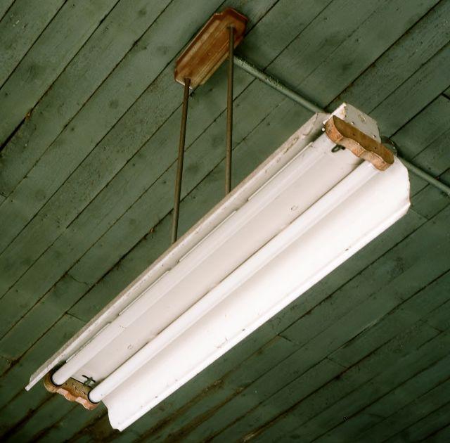 Vintage Industrial Fluorescent Light: Lighting-Gallery-net